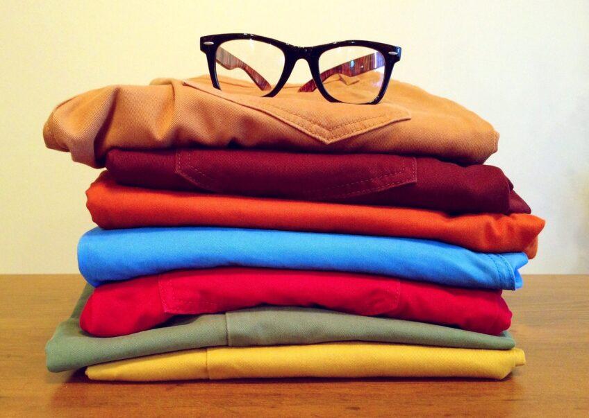 Przechowywanie ubrań – poradnik co gdzie trzymać