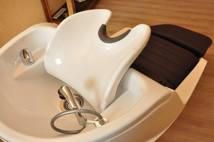 Myjnia fryzjerska – jaką kupić do salonu?