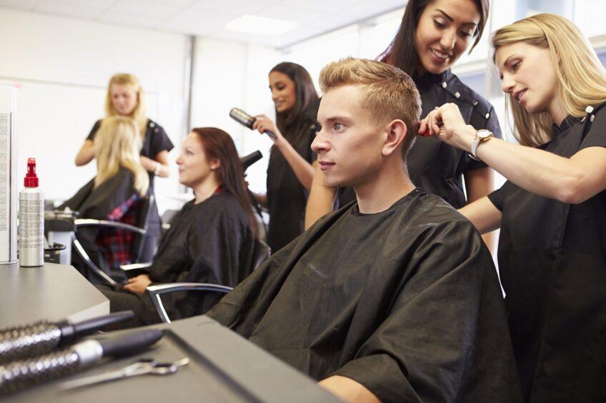 4 najmodniejsze fryzury sezonu – niezbędne akcesoria fryzjerskie